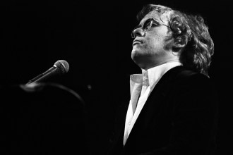 Flashback: Warren Zevon Teams With Carl Wilson on 'Desperados Under the Eaves'