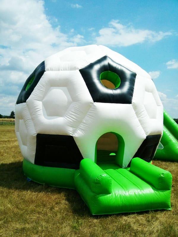 Hüpfburg in Form eines Fussballs