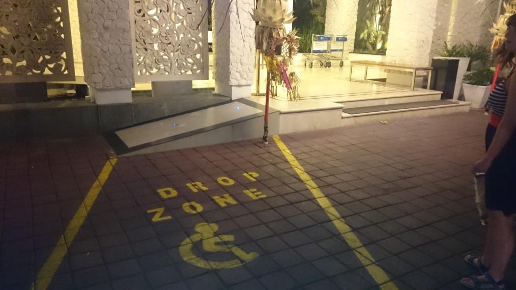 Toegankelijke zone in Bali voor rolstoelers, met een ramp.