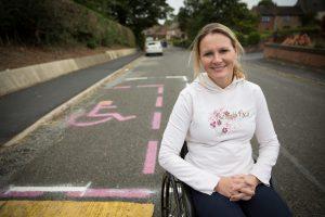 Claie Lomas schilderde een roze parkeerplaats