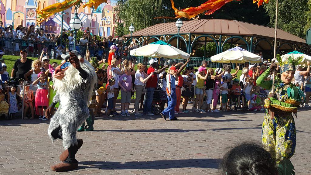 Tussen Rafiki en de Leeuwenkoningdansers zie je hoe kindjes in een rolstoel een plaatsje vooraan krijgen tijdens de parade