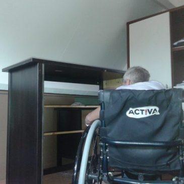 Burugo zet een IKEA kast in elkaar