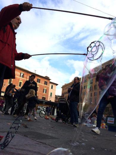 Bolle di sapone a piazza san Cosimato
