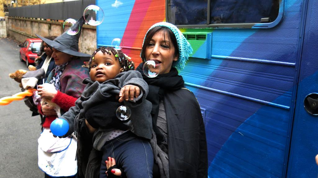 La Befana della Gioia consegna i giocattoli ai bambini che non ne hanno