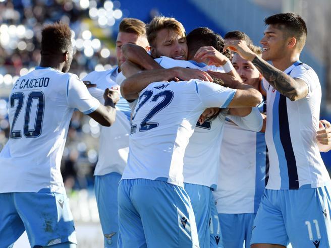 Una Lazio cinica vince a Brescia ancora nel tempo di recupero e arriva a 9 vittorie di fila