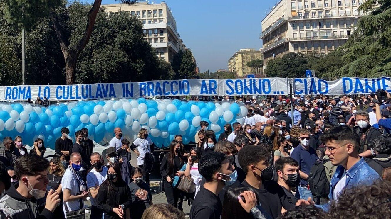 Calcio, morte di Daniel Guerini: in migliaia ai funerali