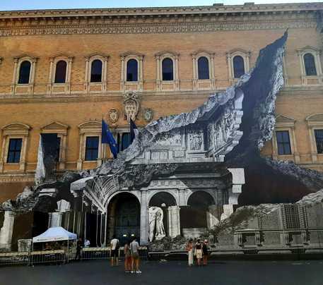 Arte Roma, il murales dello street artist JR a Palazzo Farnese