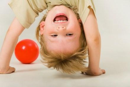 L'hyperactivité des enfants rappelle la difficulté qu'ils ont de se concentrer dans leur travail. La réflexologie les aide.