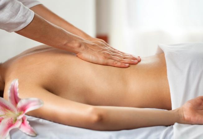 Un massage californien procure une profonde détente grâce aux effleurages lents et profonds de toutes les zones du corps.