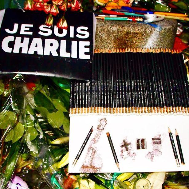 Les crayons de la liberté de s'exprimer déposés en hommage devant les locaux du Journal Charlie Hebdo 10 rue Nicolas Appert paris 75011 après le 7 janvier. Photo Mitra Etemad pour romainparis.fr - Tous droits réservés.