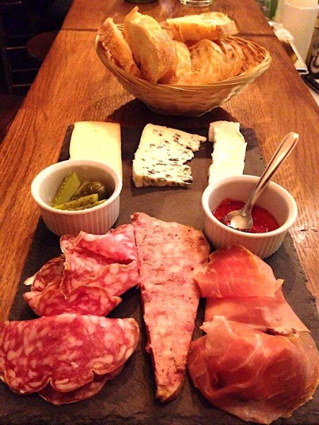 Le Loti bar lounge Paris rue Oberkampf assiette charcuterie fromages