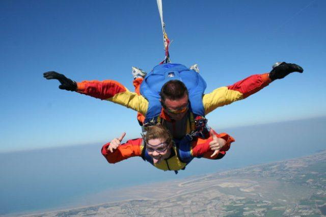 Parachute chute libre en tandem Normandie @Dregcla wikimedia