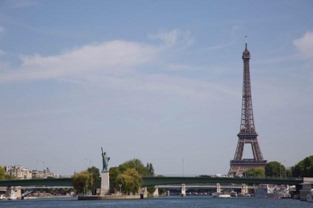 Paris la Seine Statue de la Liberté et la Tour Eiffel