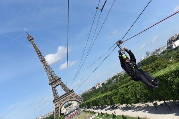 Perrier saut en tyrolienne depuis la Tour Eiffel Paris