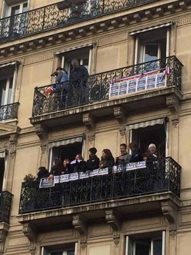 Paris 11 janvier 2015 - Les parisiens aux balcons - #JeSuisCharlie - Photo Cédric Tartaud-Gineste pour romainparis.fr. Tous droits réservés.