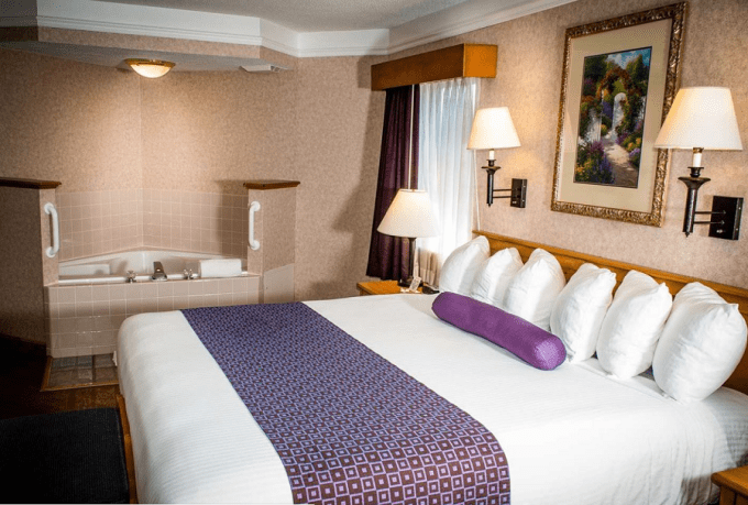A Jacuzzi suite in Best Western PLUS Executive Court Inn & Conference Center, Manchester, NH