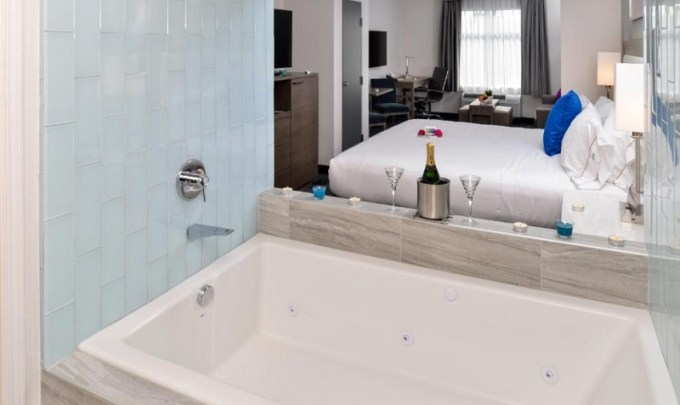 Jacuzzi Suite in Holiday Inn Express & Suites San Diego – Mission Valley