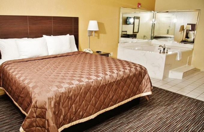Jacuzzi suite in Winchester Inn and Suites Humble - IAH - North Houston