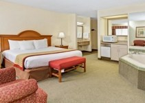 Hotel-Room-with-Whirlpool-in-Baymont-by-Wyndham-Indianapolis