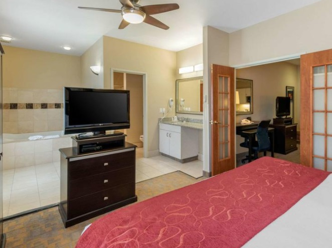 Room with Whirlpool in Comfort Suites Denver Tech Center-Englewood hotel