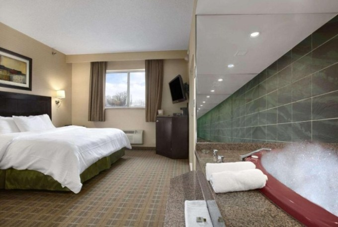 Jetted tub suite in Ramada by Wyndham Bronx hotel