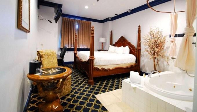 Jacuzzi suite in Chateau Avalon, Ascend Hotel Collection, Kansas City, KS