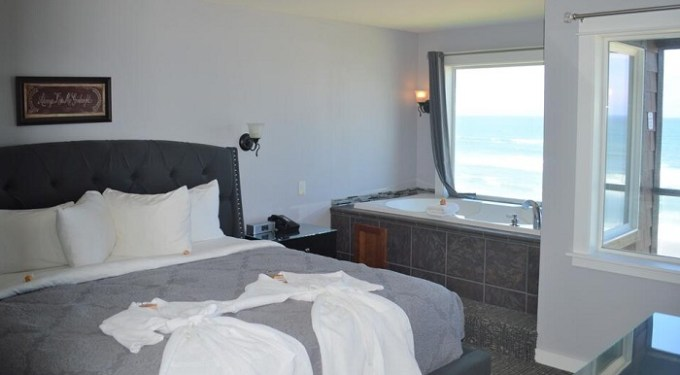 Oceanfront Jacuzzi suite with fireplace in Starfish Manor Oceanfront Hotel, Lincoln City, Oregon Coast