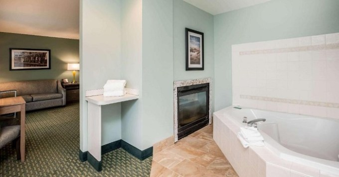 Whirlpool suite with fireplace in La Quinta by Wyndham Newport, Oregon Coast