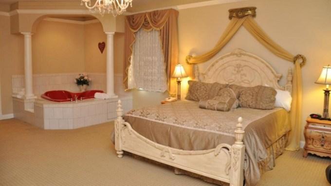 Romantic Jacuzzi Suite In Best Western White House Inn, Bangor, Maine