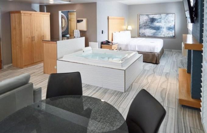 Whirlpool suite in LivINN Hotel St Paul East - Maplewood, MN