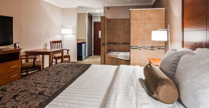 Room with a hot tub in Best Western Plus Liverpool - Syracuse Inn & Suites, NY
