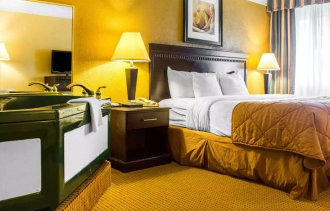 Room with a hot tub in Quality Inn and Suites Fairgrounds - Syracuse, NY