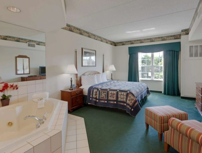 Jacuzzi suite in Country Inn & Suites by Radisson, Lancaster (Amish Country), PA