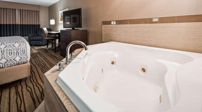 Suite with a Whirlpool in the room in Best Western PLUS Calgary Centre Inn, Alberta, Canada