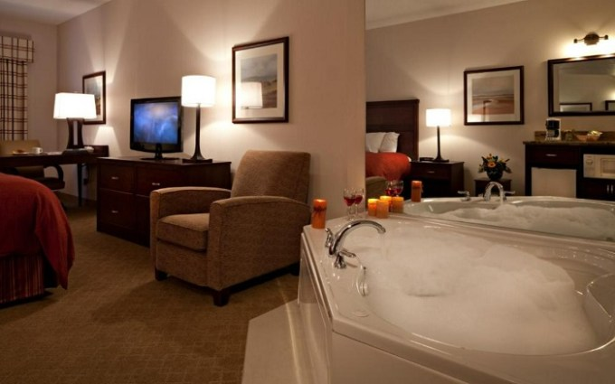 Suite with a whirlpool tub in Country Inn & Suites by Radisson, Calgary-Airport, AB