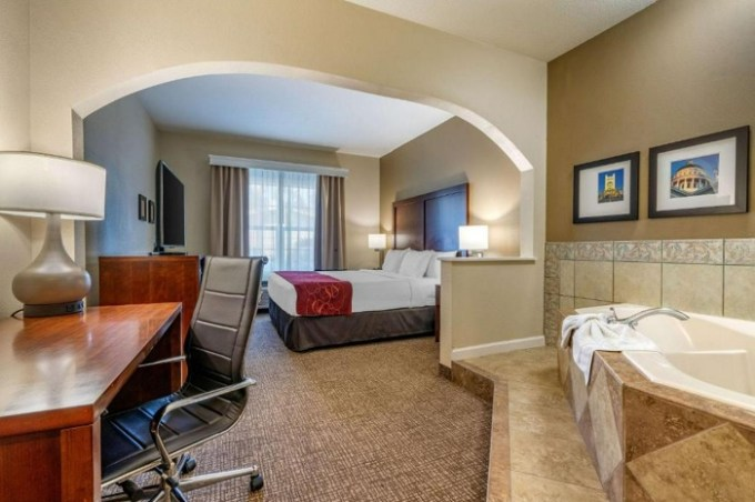 Hot tub suite in Comfort Suites Downtown Sacramento, CA
