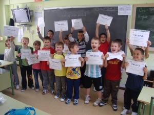 Povestea copiilor care se jucau doar în spaniolă