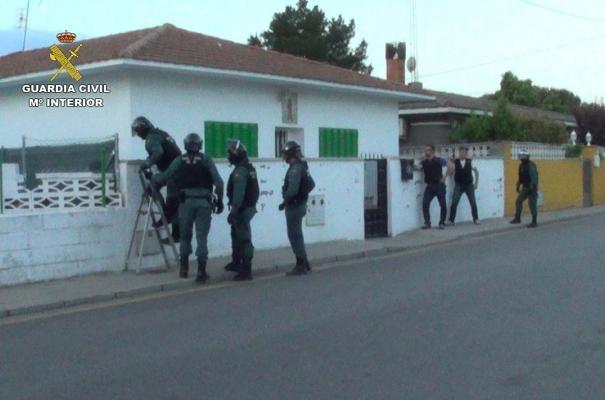 5 români prinși la furat iepuri și găini cu BMW-ul