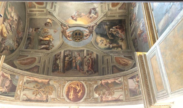 Detalhe do teto na igreja Trinità dei Monti