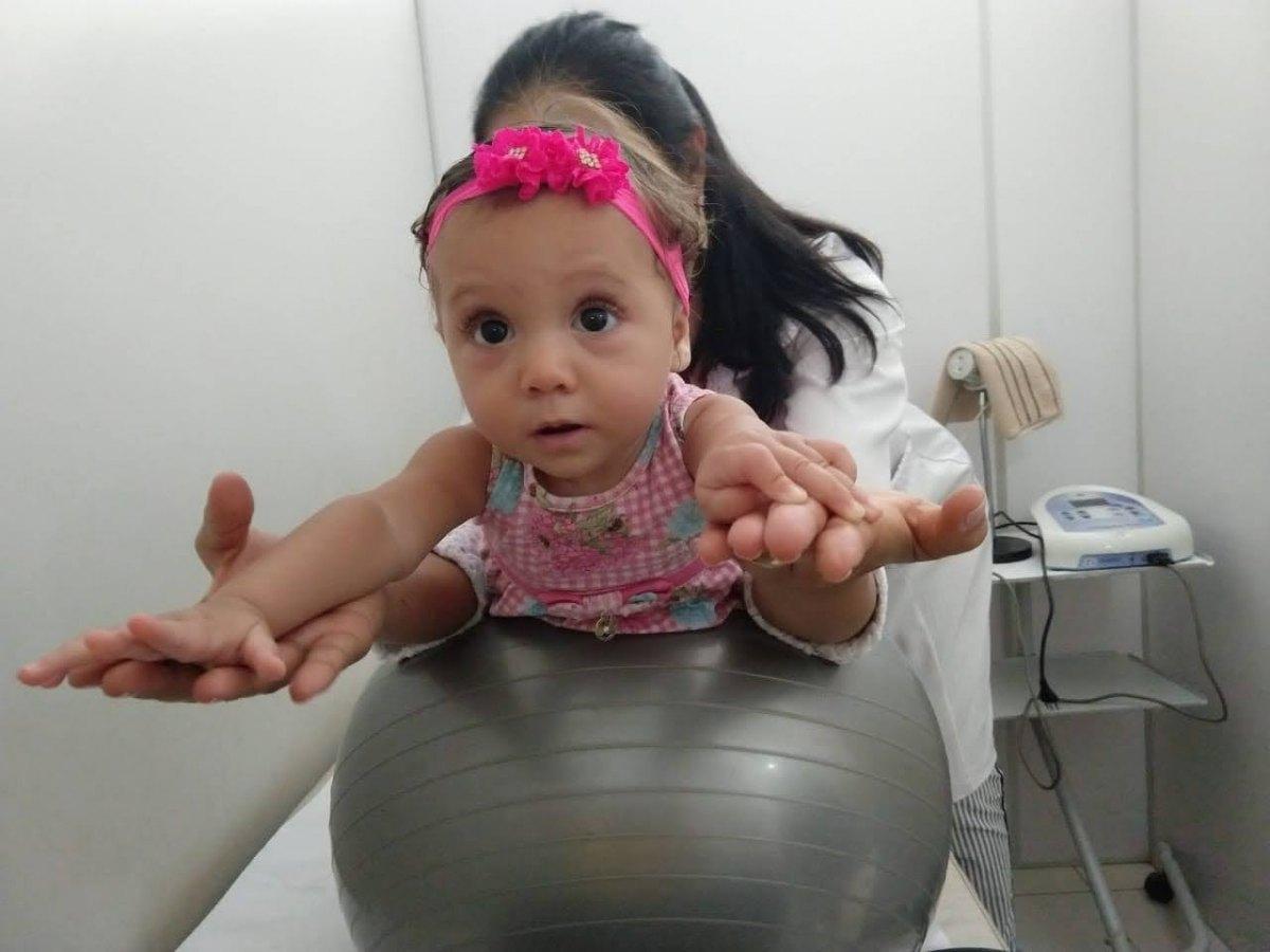 DIFICULDADES: Família pede doações para pagar tratamento de bebê com paralisia cerebral
