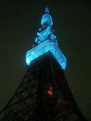 青く浮かぶ東京タワー