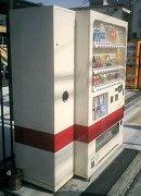 展示車両に自動販売機の色を合わせてる