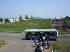施設内はバスに乗って