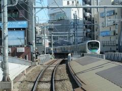 高田馬場駅を出ると急坂に急カーブ