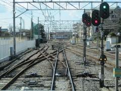 小川駅では国分寺線と平面交差