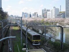 飯田橋駅に向かう総武線各駅停車