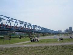 川崎駅は橋を渡ってすぐ