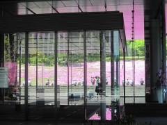 ビルの窓越しの光景