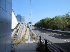 トンネルを出てすぐ左の階段を上がる[写真4]