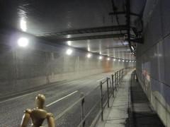 羽田空港トンネルを行く